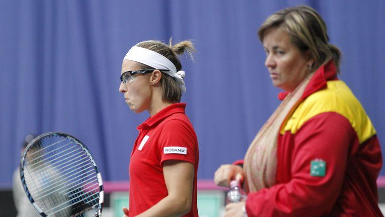 Ann Devries en Kirsten Flipkens (links) druipen af na de nederlaag tegen Kroatië. Beeld BELGA