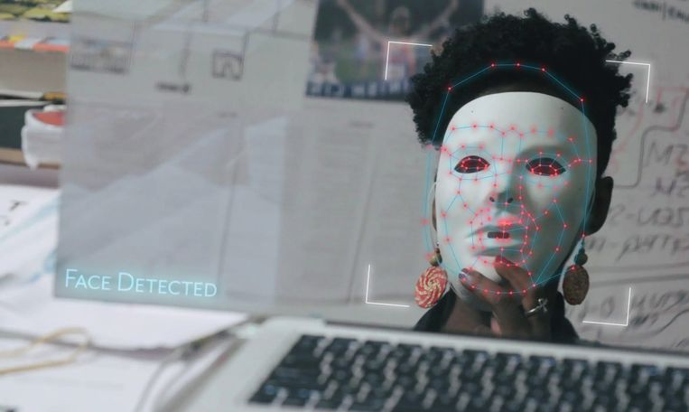 Pijnlijk, als de gezichtsherkenning alleen werkt met een wit masker op. Beeld