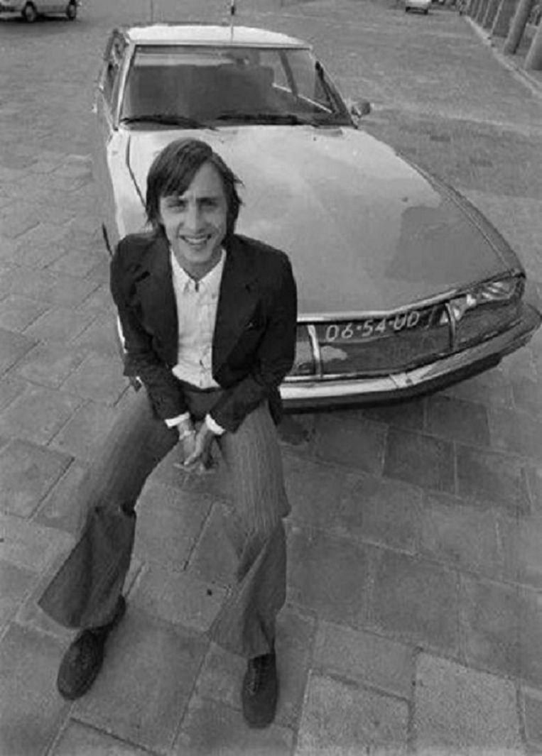 Cruijff bij zijn Citroën. Beeld EFE
