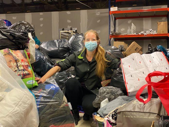 Initiatiefnemer Ellen Jacobs uit Gentbrugge tussen de stapels donaties.