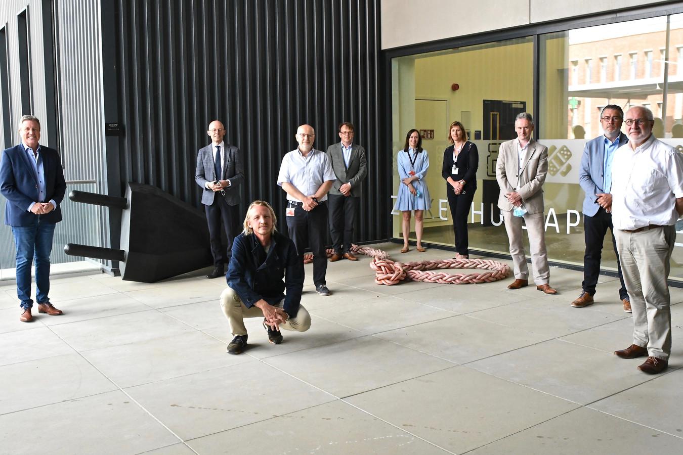 Christo° Marichal schonk het werk 'Connect people again' aan AZ Delta.