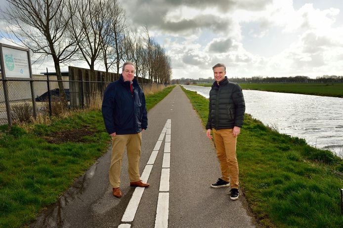 Martin van Dijk (links) en Ruurd Osinga staan lijnrecht tegenover elkaar als het gaat om de aanleg van een nieuwe weg bij Reeuwijk-Dorp, vanaf de Bloemendaalseweg in Waddinxveen dwars door de polder naar de Reeuwijkse Randweg. Net als de gemeenten trouwens.