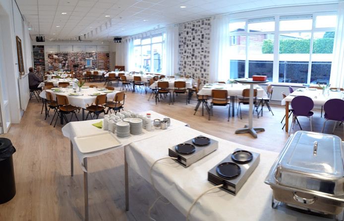De eetzaal biedt plaats aan maximaal negentig mensen.