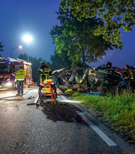 Zijkant valt van auto na harde botsing tegen boom in Almkerk, bestuurder raakt zwaargewond