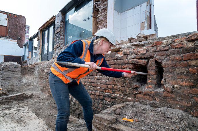 Zijn het schietgaten in de stadsmuur van Harderwijk of beschadigingen van vroegere bouwwerkzaamheden? Archeologe Dorien te Kiefte bestudeert de honderden jaren oude stadsmuur die bloot is komen te liggen.