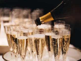 Politie onderschept 12 feestvierders in champagnebar