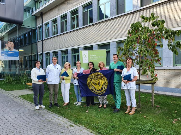 Overhandiging van boezemtassen aan het UZ Gent. Van links naar rechts: Elisabeth Lampens (BABC), Herman Depypere (gynaecolooog UZ Gent) Karine Tollenaere (BABC), Babette van den Bergen (borstverpleegkundige UZ Gent), Hilde Hanssens (voorzitter Soroptimist Gent Scaldilys), Muriel Vanderbauwhede (Soroptimist Gent Scaldilys), Bernard Depypere (BABC), Marleen De Block (borstverpleegkundige UZ Gent).