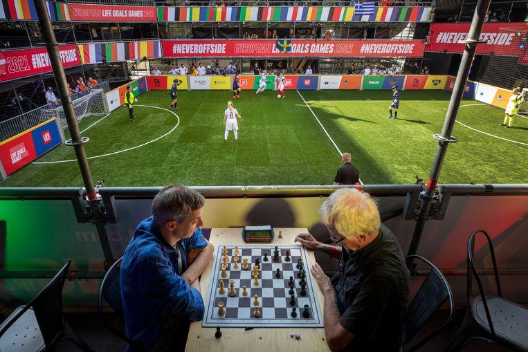 Bij de Europese Spelen voor sociaal kwetsbaren in Utrecht sporten statushouders, dak- en thuislozen, tienerouders en volwassenen met een ggz-geschiedenis. Iedereen moedigt iedereen aan in het pop-up stadion.   Beeld Werry Crone