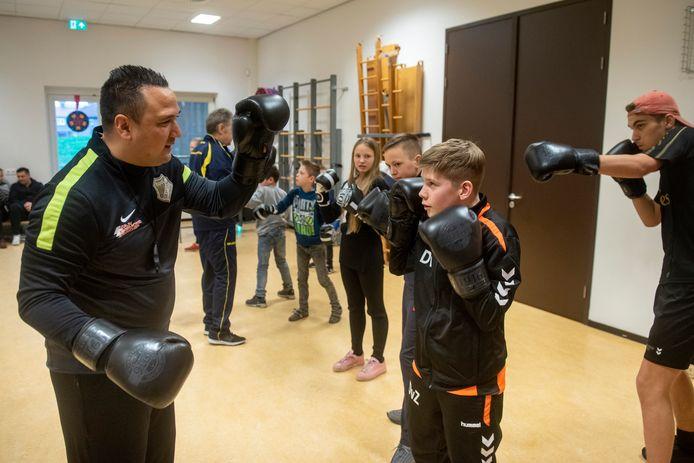 De Velpse voetbaltrainer Jhonny van Beukering is zijn eigen bedrijf gestart. In te huren voor vele sporten, voor verjaardagen en door kelderklassers.