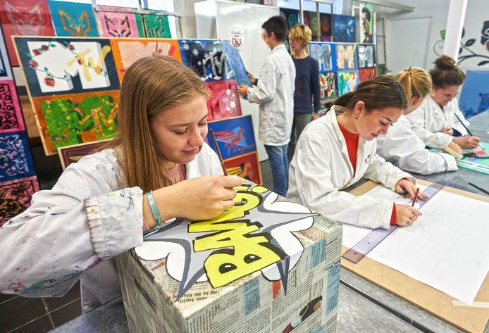 Leerlingen van het Udens College gaan exposeren bij Stichting C. Op de voorgrond Sam Biemans.