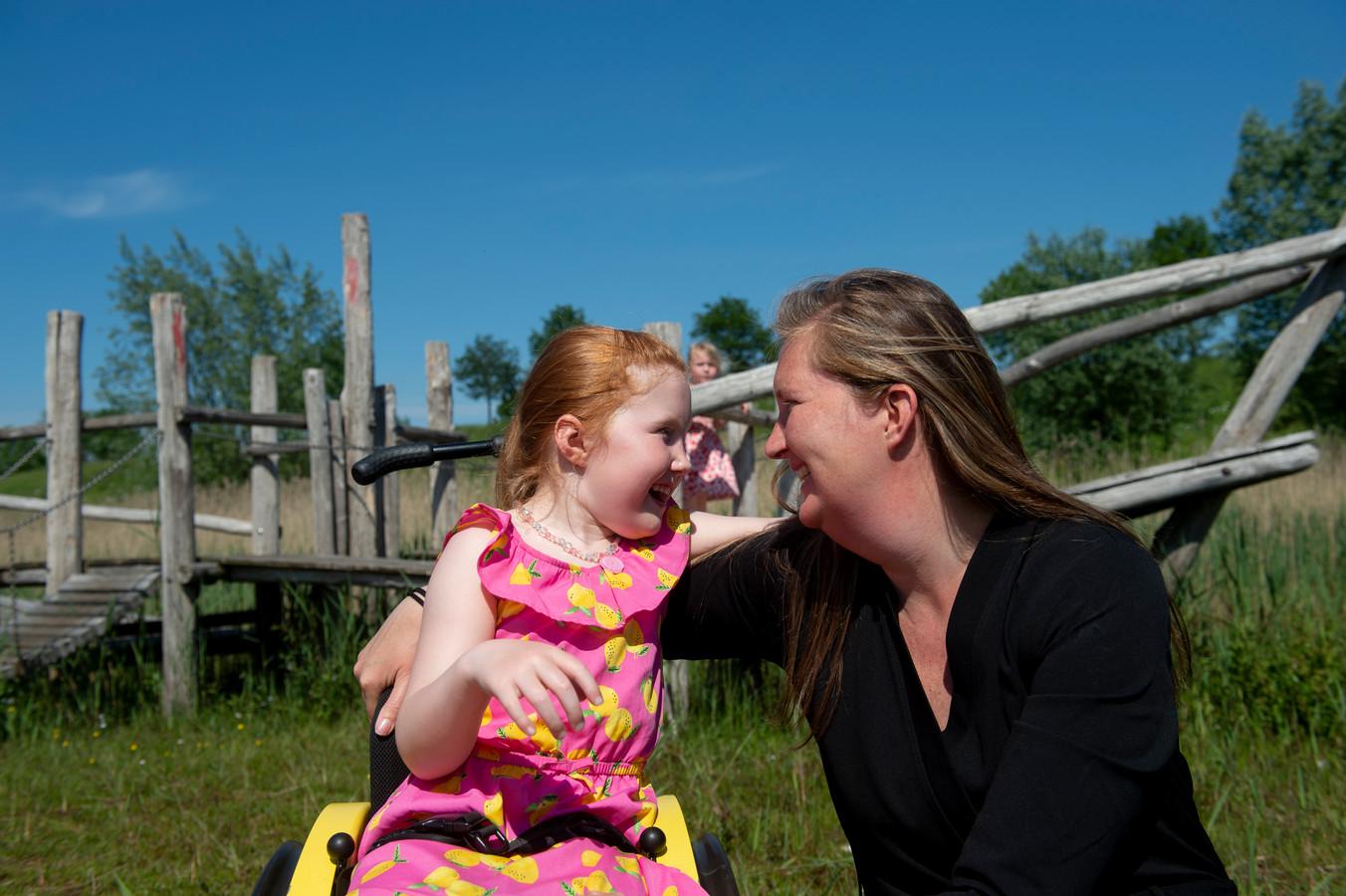Willemijn en haar dochter Naomi in Apeldoorn, nog voor de wandeltocht van 700 kilometer. Ze loopt voor een goed doel, namelijk om een inclusieve speeltuin te realiseren voor haar dochter met spasme. Dit omdat andere speeltuinen in de buurt zijn voor Naomi toegankelijk zijn.