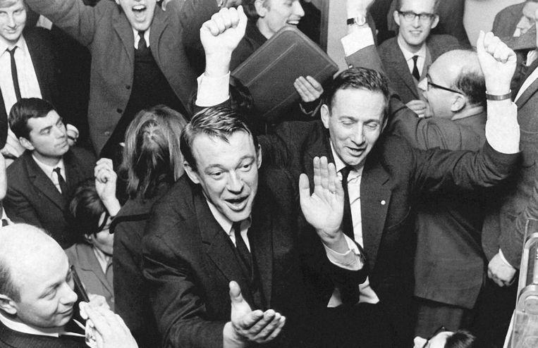 Hans van Mierlo viert de spectaculaire overwinning van D66 bij de Tweede Kamerverkiezingen van 1967. De jonge partij won zeven zetels. Beeld HH / ANP
