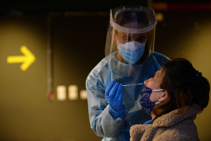Une dame se fait tester à Bruxelles, début janvier 2021.