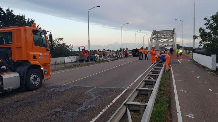 De werkzaamheden op de Hedelse brug zijn maandag 4 oktober begonnen. Voor de brug stond een kleine file van mensen die het toch probeerden.