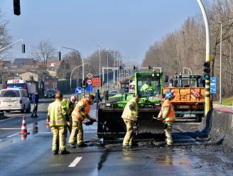 Vrachtwagen verliest slib na bruusk remmanoeuvre: verkeer in de knoop op drukke Expresweg
