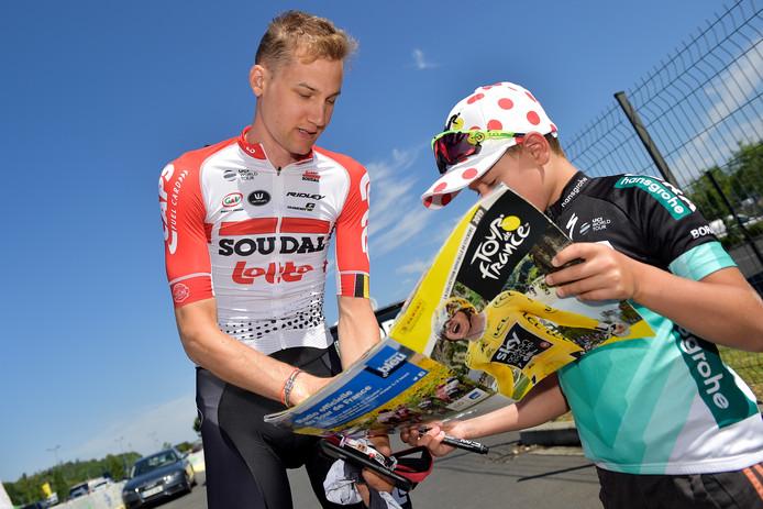 Tim Wellens maakt een jonge fan blij met een handtekening.