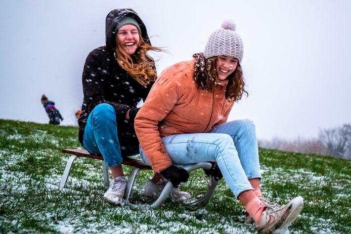 Sneeuwpret in het Griftpark in Utrecht.