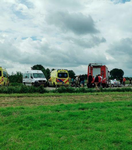 Hulpdiensten rukken groots uit voor auto te water in Rhenen