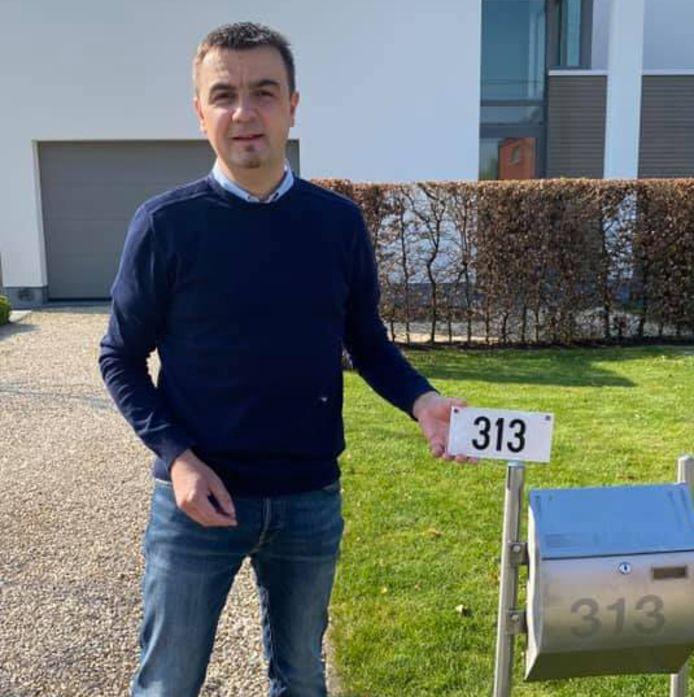 Burgemeester Bert Ceulemans (Samen) geeft het goede voorbeeld en plaatst als eerste zijn nieuwe reflecterende huisnummer.