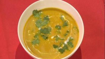 Zin in een Oosters getinte soep? Dan is deze wortel-kokossoep met curry en koriander zeker iets voor jou!