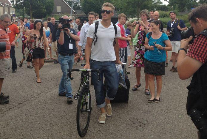 Marcel Kittel, met zonnebril, arriveert als eerste Tourrenner in Boxmeer. De Duitser, die vier etappes in Frankrijk won, wordt belaagd door publiek.