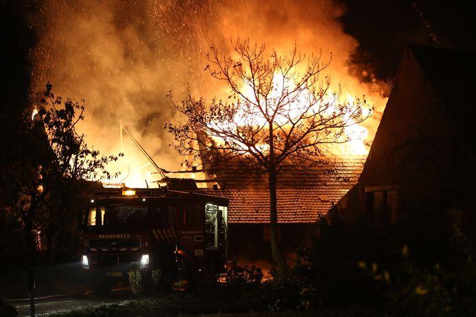 Een woning in Huijbergen staat volledig in brand.