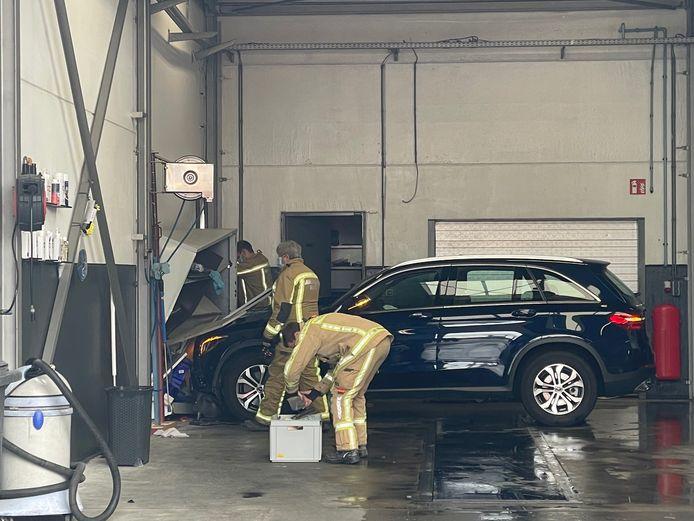 In een carwash reed een auto door de wasstraat en belandde tegen de zijmuur.