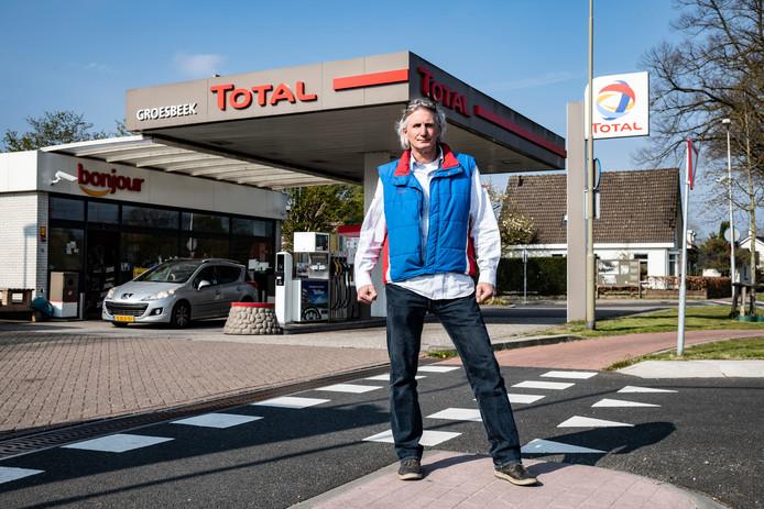 Theo Vermeulen voor zijn tankstation aan de Nieuweg in Groesbeek: 'Ik krijg veel duimpjes'.