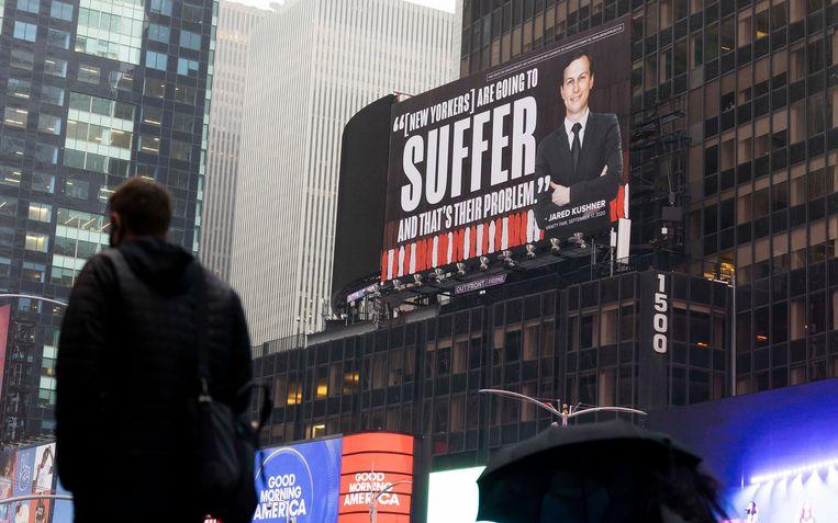 De anti-Trump-groep The Lincoln Project verspreidt affiches met daarop een afbeelding van Jared Kushner, Trumps schoonzoon annex adviseur. 'New Yorkers zullen lijden en dat is hun probleem', luidt het bijschrift.   Beeld EPA