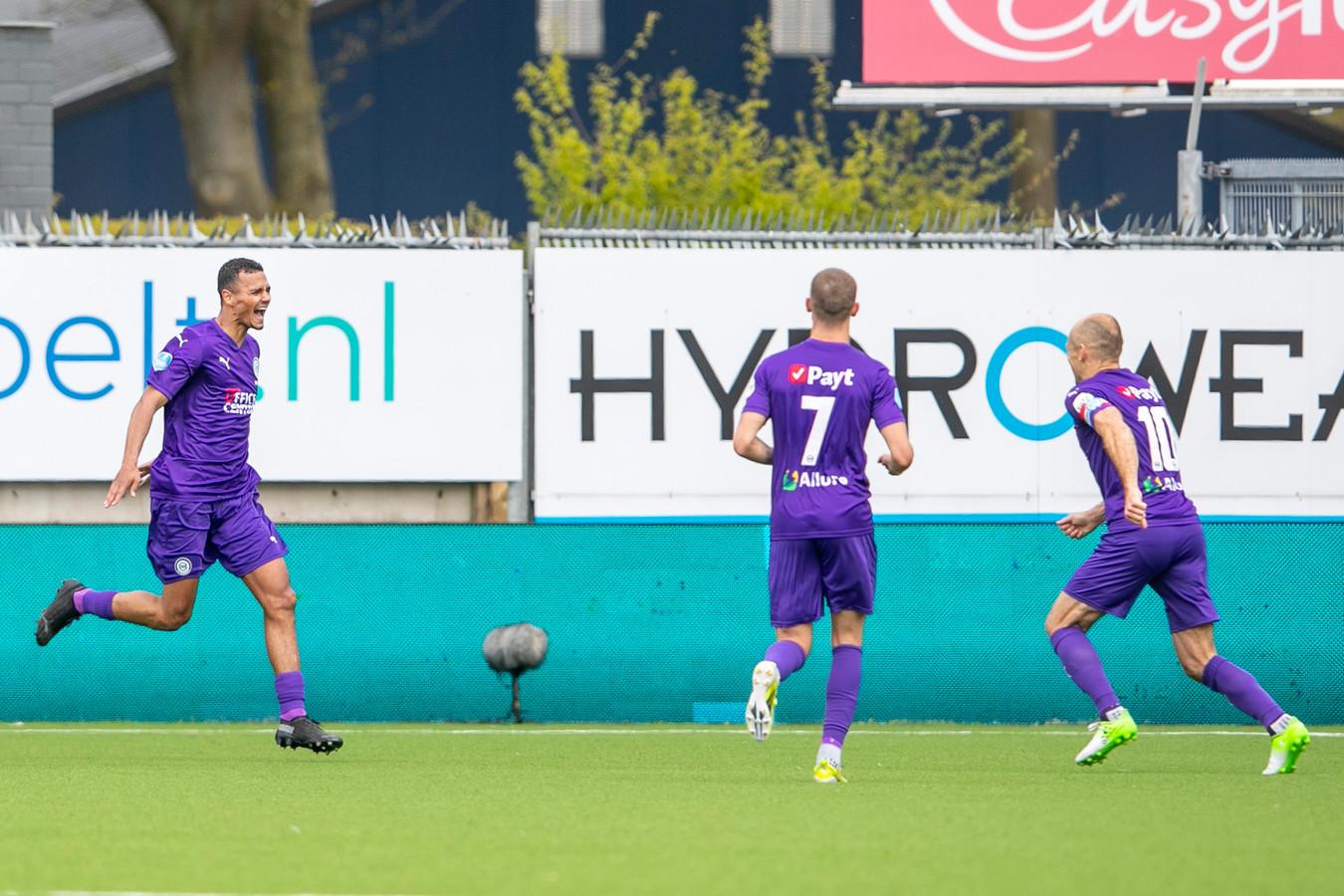 Alessio Da Cruz (l) juicht na de 0-2, aangever Arjen Robben (r) is net zo blij.