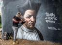 Streetartist Donovan Spaanstra vorig jaar tijdens het maken van zijn proefportret van Thomas a Kempis onder de IJsselbrug.