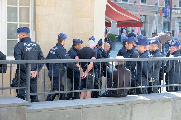 Op het Spanjeplein in Brussel zijn een tiental demonstranten gearresteerd die opdaagden voor de verboden extreemrechtse mars.