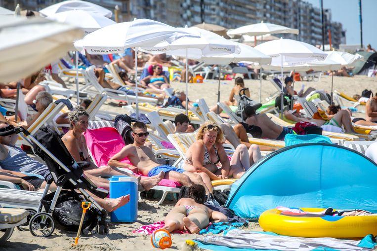 Een archiefbeeld van een drukke zomerse dag op het strand van Blankenberge. Deze zomer worden er maximaal 10.000 mensen toegelaten. Beeld Benny Proot