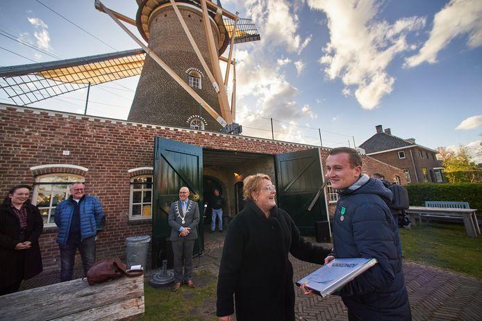Yannick Jussen (24) uit Eerde ontvangt het zevende jeugdlintje van de gemeente Meierijstad bij de molen te Eerde. Op de foto vlak na de uitreiking met zijn trotse moeder.