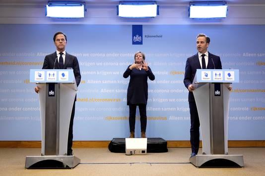 Demissionair premier Mark Rutte en coronaminister Hugo de Jonge tijdens een extra ingelaste persconferentie afgelopen vrijdag.