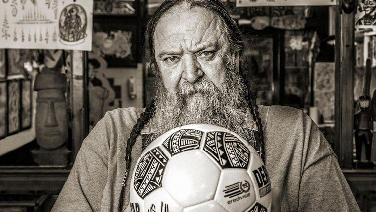 De eredivisie voetbalt vanaf nu met een bal die is ontworpen door tattoo artist Henk Schiffmacher. Beeld Eredivisie