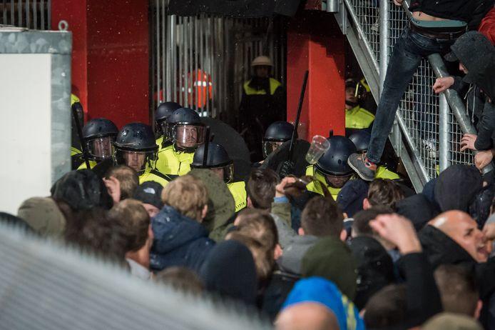 Onrust bij Vak-P. De politie voert een actie uit waarbij onrust ontstond bij de supporters.