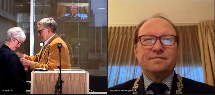 Onder het toeziend oog van de Zwijndrechtse burgemeester Hein van der Loo speldt scheidend gemeenteraadslid Elbert Vissers de gemeentelijke erespeld De Heugel op bij zijn vrouw Wilma.
