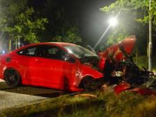 Auto botst met hoge snelheid tegen boom in Helmond