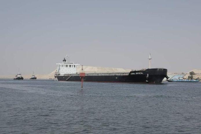 De even vastgelopen Coral Crystal op het Suezkanaal.