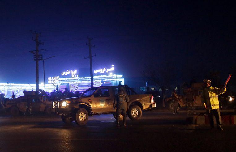 Politie regelt het verkeer voor de plaats van de ontploffing. Beeld AP