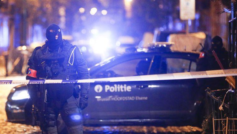Politie aan de rand van de wijk Molenbeek in Brussel. Beeld epa