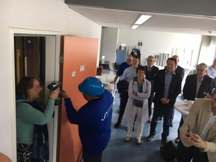 Wethouder Mary-Ann Schreurs schroefde eigenhandig een deur eruit, als een officiële handeling voor de start van de werkzaamheden in de Stadhuistoren. Daar wordt zoveel mogelijk van de materialen hergebruikt of doorverkocht.