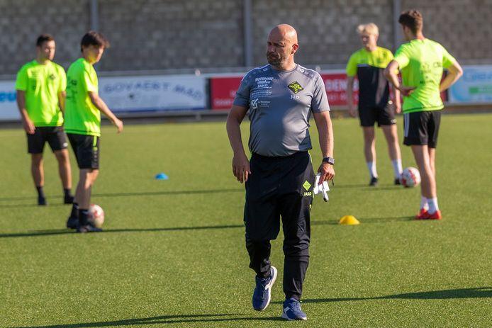 Nog voor het seizoen goed en wel begonnen is, moet tweedeprovincialer Eendracht Houtem al op zoek naar een nieuwe coach. Coach Hanno Poep ging immers in op de aanbieding van eerstenationaler Knokke om er beloftencoach te worden.