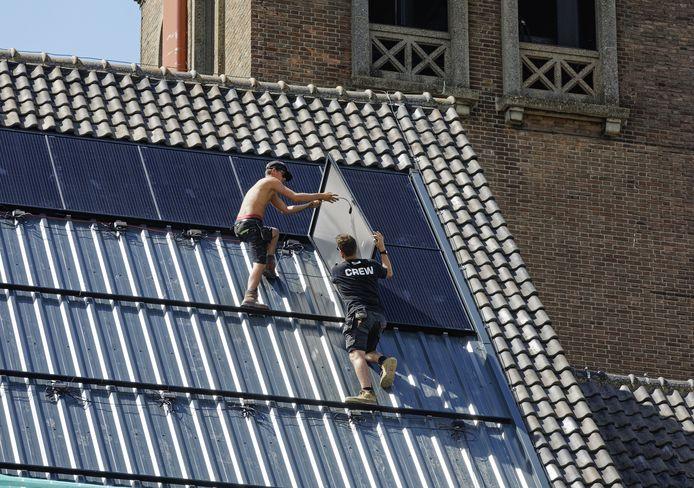 De installatie van zonnepanelen op het dak van de Boschwegse kerk in Schijndel.