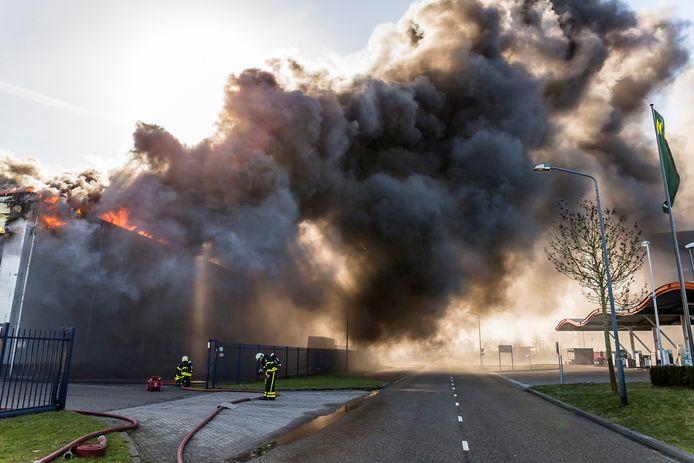 Grote zwarte rookpluimen bij brand in Oosterhout.