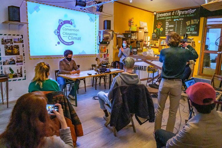 Leden van het Franse burgerpanel voor het klimaat geven een persconferentie in een bar in Lyon, in januari dit jaar.  Beeld Getty Images