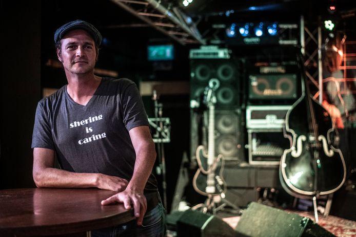 Maarten Rooijakkers van café Dollars zamelt geld in voor muzikante Sherryl 'Sher' Careman die sinds de lockdown nauwelijks nog inkomsten heeft.