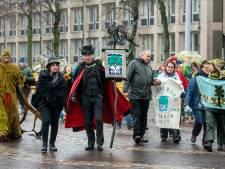 Kleurrijke protestmars tegen het kappen van bomen trekt door hartje Arnhem