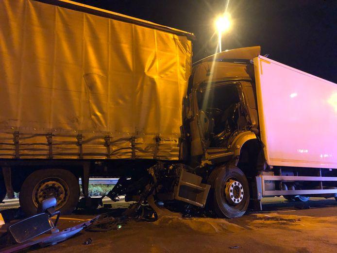 De chauffeur van de tweede vrachtwagen werd in kritieke toestand naar het ziekenhuis gebracht.